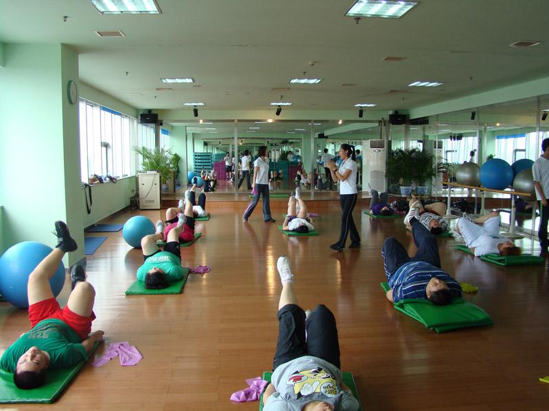 运动前的一定要做好热身运动,热身的重要性在于可以避免运动损伤的发生